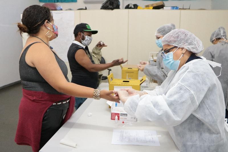 Prefeitura de Carapicuíba realiza testes rápidos em profissionais da linha de frente contra o coronavírus