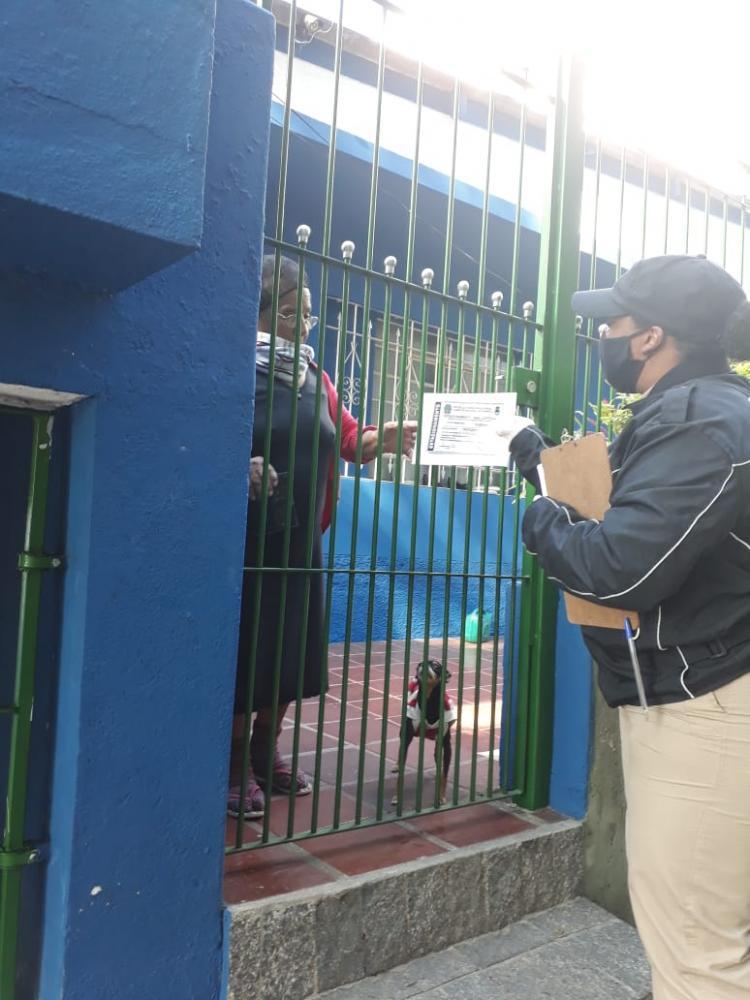 Dezenas de cartões de estacionamento de Idoso e PCD são entregues nas residências