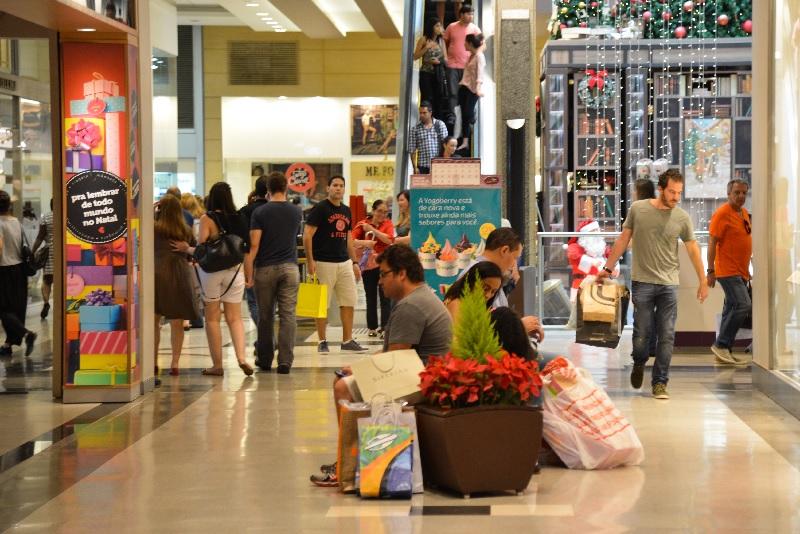 108 milhões vão às compras no Natal e vão gastar menos