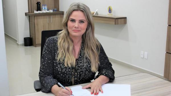 Maria Cândida assina contrato com Tv Aparecida