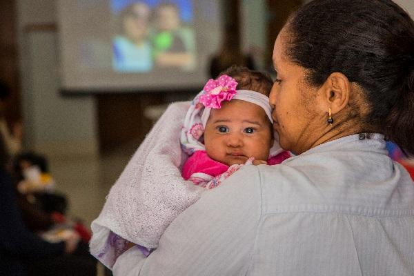 Emoção marca homenagem a mães e enfermeiros